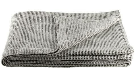 Överkast i våfflad bomull, 240x240 cm, 1 299 kr från Åhléns.