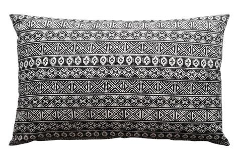 Kuddvar med mönstertryck av gamla vävband, design Lina Holm och Oscar Lind Modin, 40x60 cm, 699 kr. www.linaholm.com.
