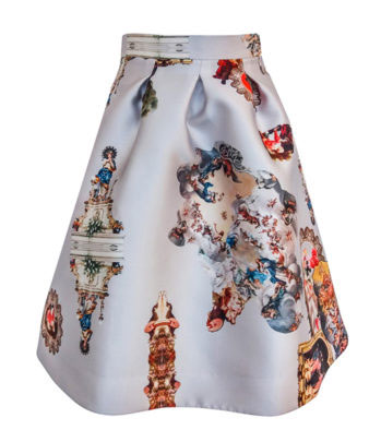 34511bcadfff Vid Föreningen Svenska Rominstitutets Vänners 80-årsjubileum för några  veckor sedan bar hon en vackert mönstrad vadlång kjol med vit botten.