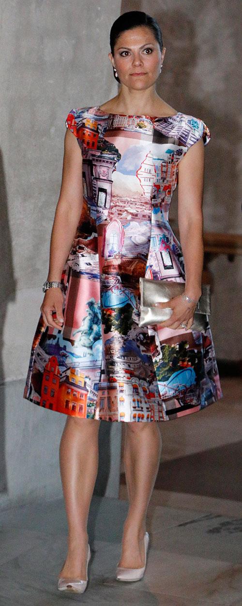 432a34112787 ... med anledning av danska kronprinsparets Stockholmsbesök bar  kronprinsessan en vackert figursydd klänning med kort ärm från samma märke.  Den häftiga ...