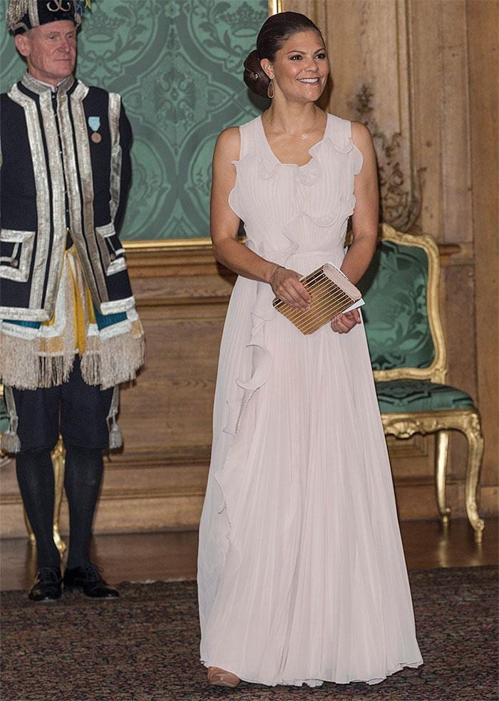 a39e08c49ab9 Den ärmlösa klänningen – med en prislapp på 1 999 kronor – har rundade  volanger, djup ryggringning och dold dragkedja. Kronprinsessan matchade  klänningen ...