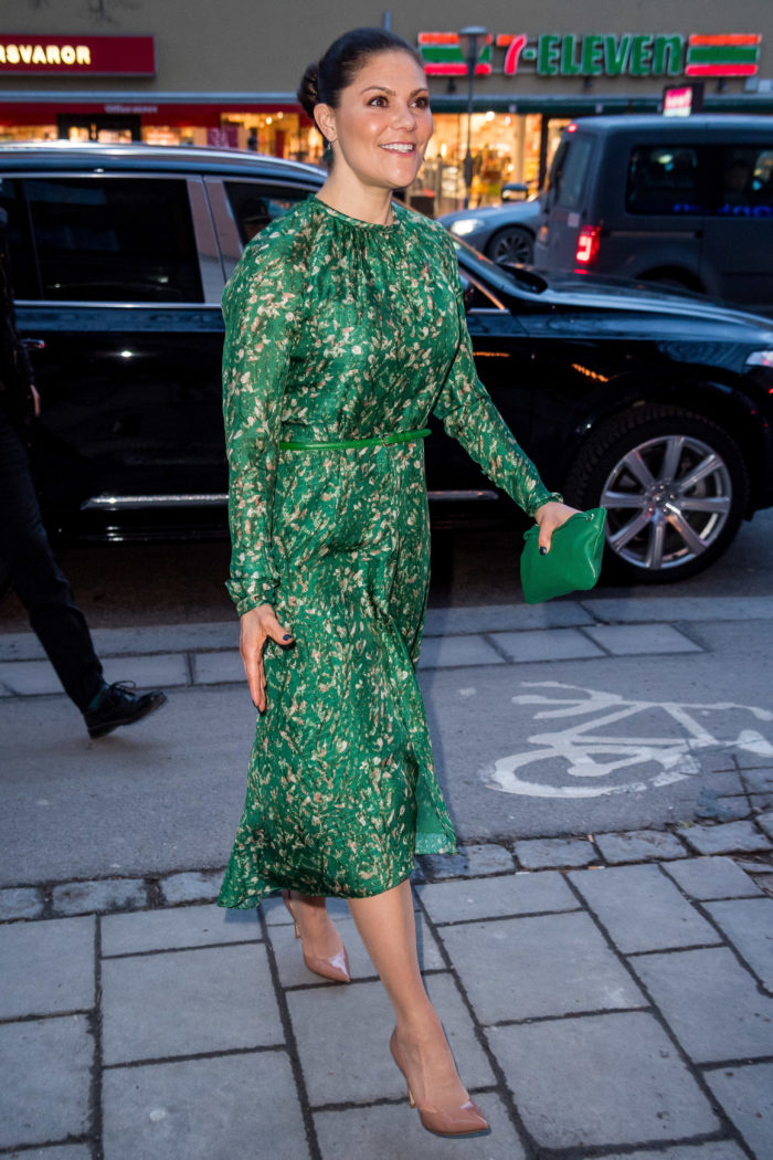 0840902335b0 Victoria anlände till eventet i en ny smaragdgrön klänning – som kommer  från H&M:s Conscious Exclusive-kollektion, en kollektion som inspirerats av  det ...