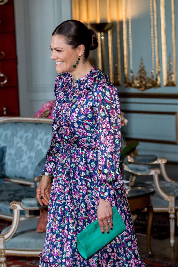 Klänningen matchade hon med gröna pumps och en clutchväska samt örhängen i  samma nyans. Naglarna hade hon lackat i en mörkt grön färg. 61ed2021d9c19