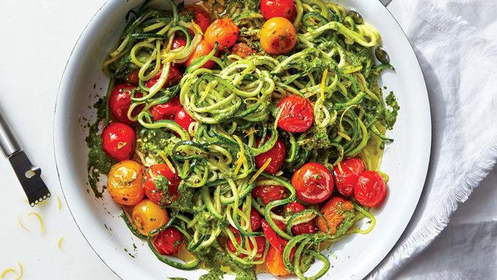 Zoodles med pesto och tomater
