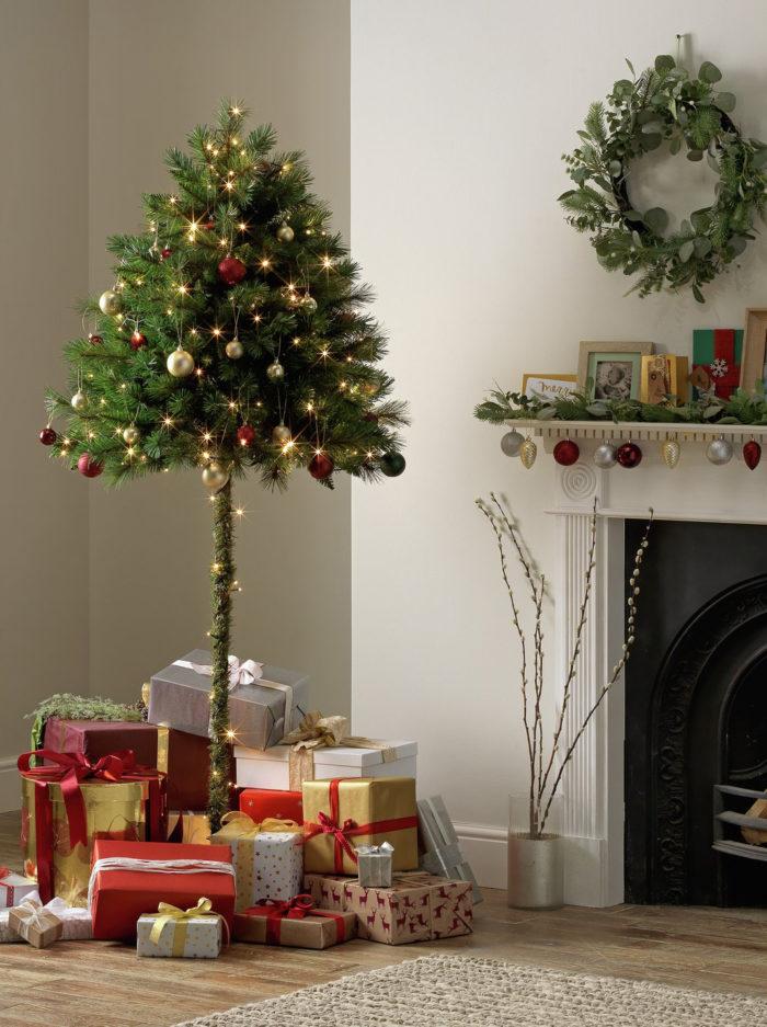 Halv julgran med många julklappar under