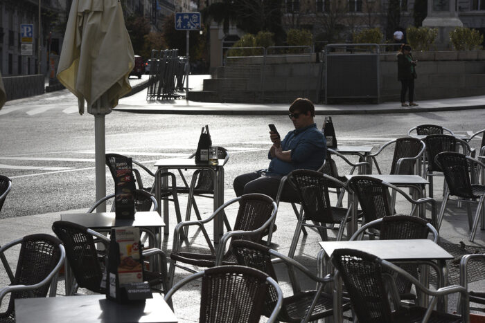 En ensam man på uteservering i Madrid, Spanien.