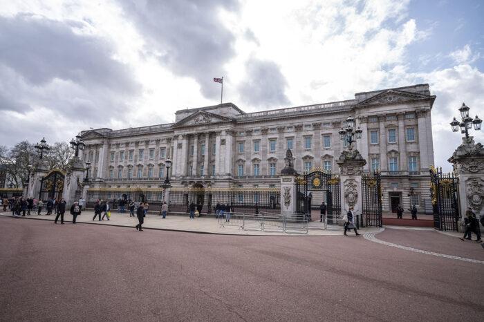 Fåtal turister utanför Buckingham palace