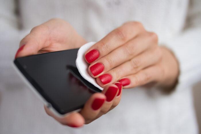 Torkar av mobiltelefon