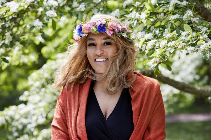 Betlehem Isaak ler och tittar in i kameran med blomsterkrans i håret