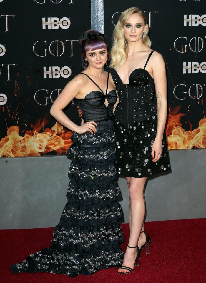 Maisie Williams och Sophie Turner på röda mattan.