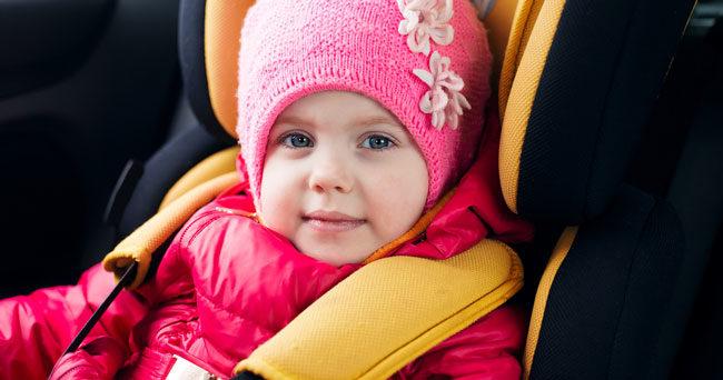 Varningen: Låt inte barnen sitta med vinterkläderna på i bilen