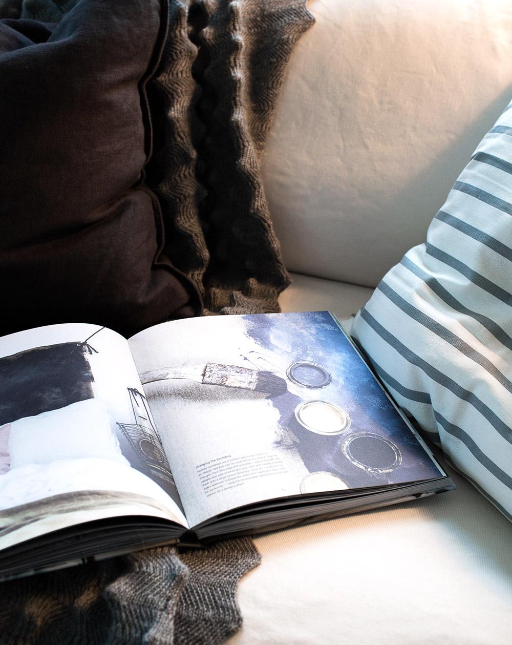 Vardagsrum - vit soffa - Hans Blomquist bok - Daniella Witte
