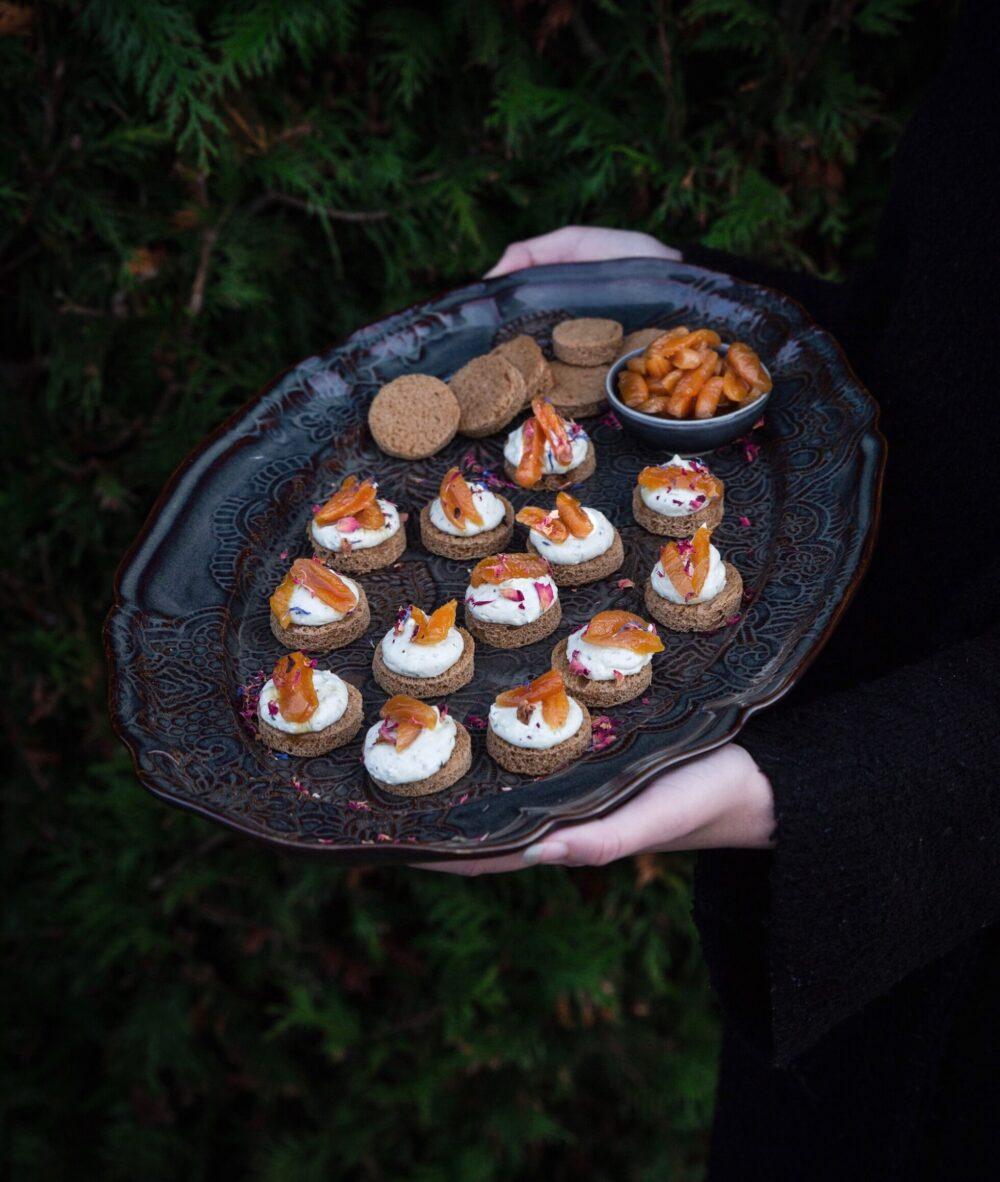Snittar med ädelsost och glöggkokta aprikoser